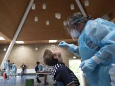 Aantal positieve coronatests stijgt fors, geen nieuwe golf in ziekenhuizen