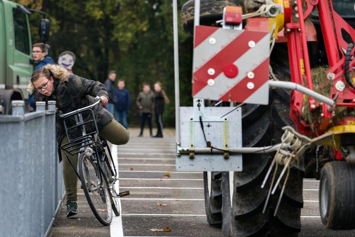 Dani Hooijmans ondervindt hoe eng het kan zijn om op de fiets langs een tractor te rijden.