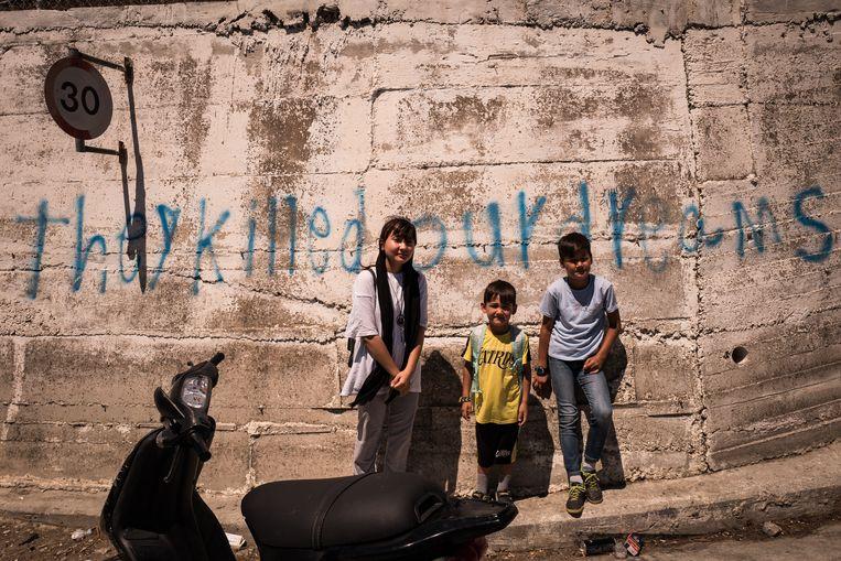 Kinderen in het randgebied van kamp Moria op Lesbos. Beeld Nicola Zolin