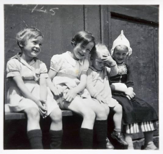 Louise Helmich, het meisje van de goudsbloem als kind (links).