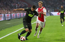 Razvan Marin in duel met Frenkie de Jong tijdens Ajax-Standard in augustus 2018.