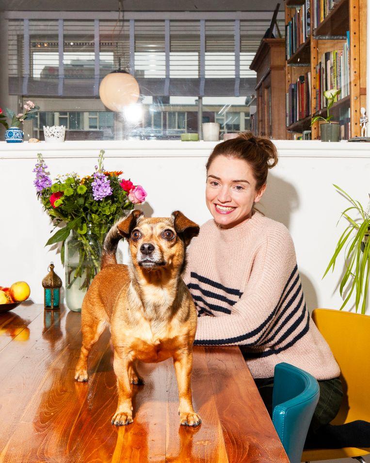 Laura van der Haar en haar hond takkie, gefotografeerd in haar huis en buurt in Amsterdam West. Beeld Hilde Harshagen