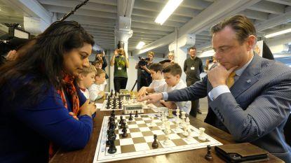 Burgemeester De Wever en schepen Beels vechten robbertje schaak uit