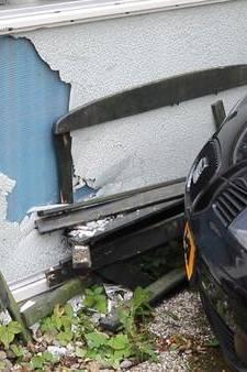 Automobilist ramt gevel van woning aan Waterloop