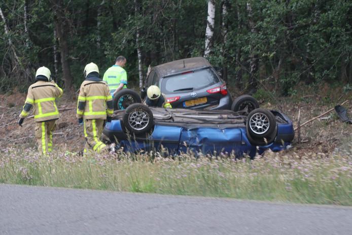 De blauwe Citroën belandde op de kop in de berm langs de A1, de grijze Toyota tegen een boom.