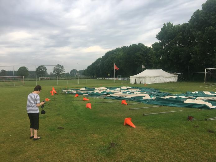 De feesttent van VVLK raakte zwaar beschadigd tijdens de storm van vorige week.