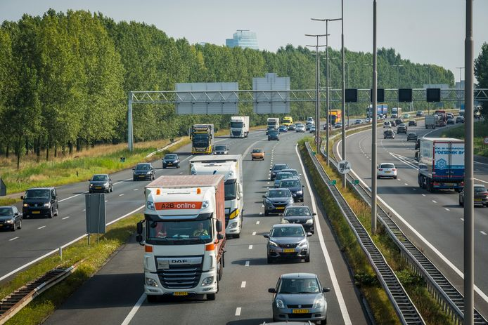 Verkeer over de A28 bij Hattem.