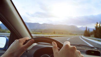 Vijftiger geeft partner vuistlagen in gezicht terwijl ze met wagen rijdt