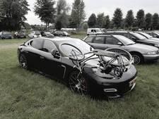 Vandalen leggen fiets bovenop peperdure Porsche bij Zwarte Cross