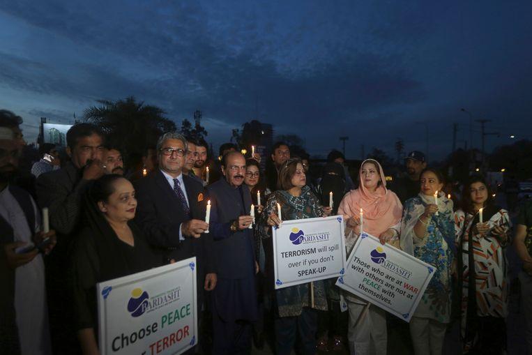 Pakistaanse activisten in Lahore herdenken de slachtoffers van de aanslagen in Christchurch.  Beeld AP