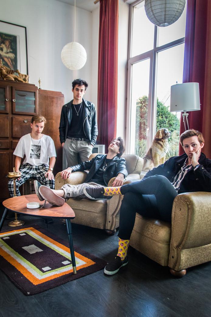 PEER, met vlnr Brian van Es (bas), Jesper de Jonge (gitaar), Renzo Rijn (drums) en Gijs Teuwsen (zang, gitaar).