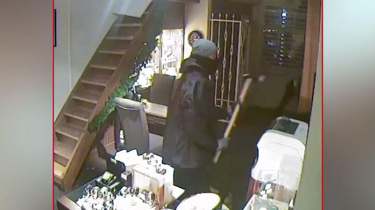 De juwelenrovers slaan de vitrines in de winkel in Maastricht stuk en roven de zaak in amper vijf minuten leeg.