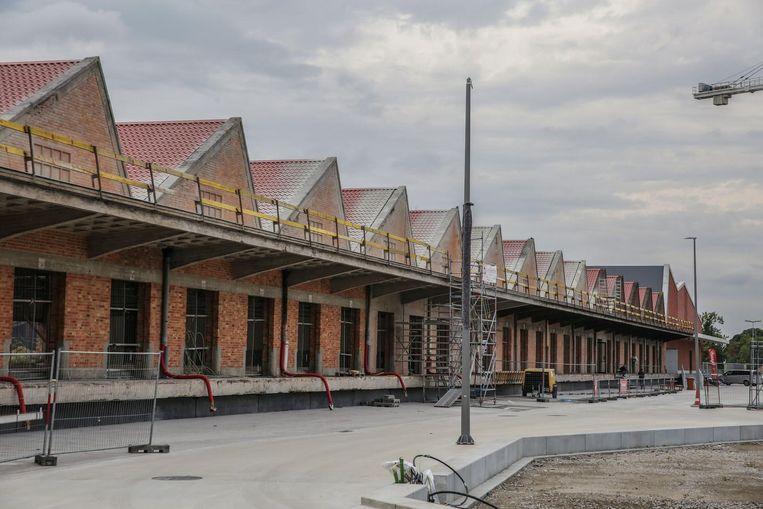 Onder meer op de voormalige NMBS-loods wil de stad zonnepanelen plaatsen.