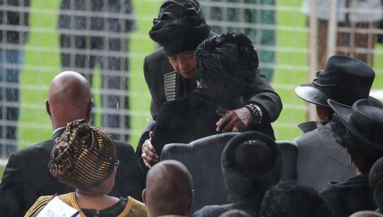 Graca Machel, weduwe van Mandela, wordt begroet door Winnie Mandela. Beeld getty