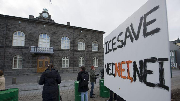 Protest in Ijsland tegen een deal met het buitenland om gedupeerden te compenseren. Beeld anp