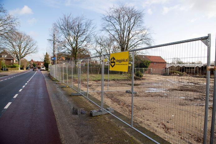 Bij de Almeloseweg staan de hekken al om de bouwlocatie.
