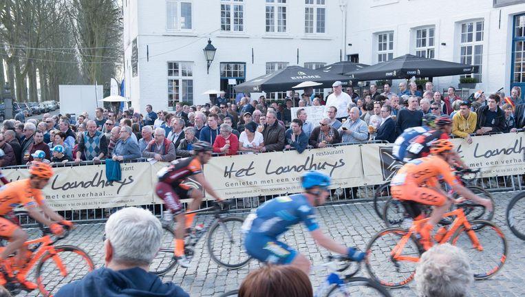 In hartje Nokere verzamelde heel wat volk om de renners te kunnen bewonderen.