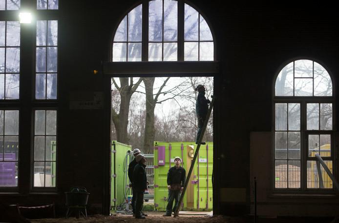 Bouwlieden aan het werk in de voormalige Frisokazerne in Ede.
