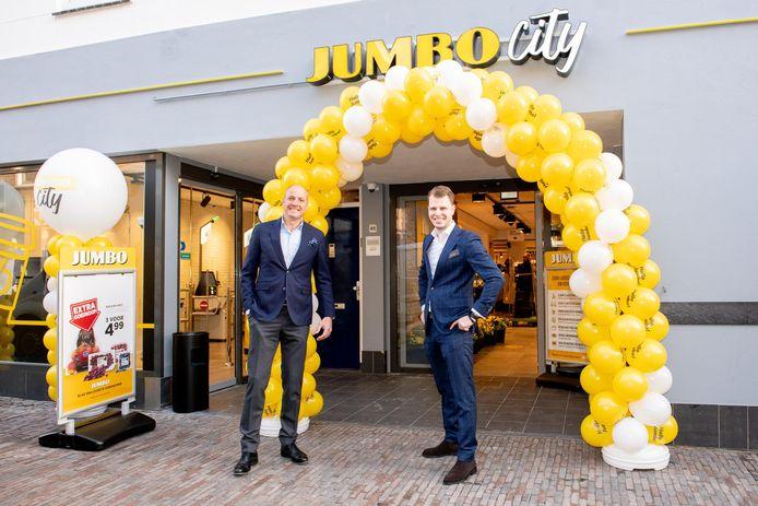 Op gepaste afstand opent filiaalmanager Rob Sillen, samen met CEO Frits van Eerd, de nieuwe Jumbo City in Utrecht.