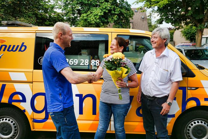 Het echtpaar Principaal uit Maarssenbroek is blij met de bos bloemen van Remco Severs.