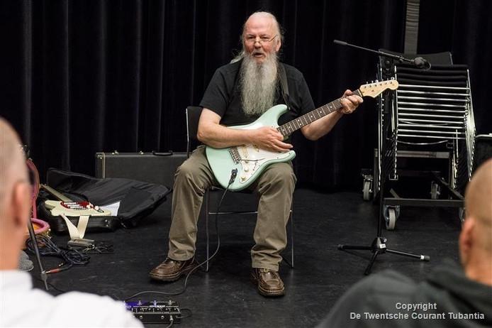 """""""Hoe ik over gitaarspelen denk, hoe dom of hoe slim, het maakt niks oet. Plezier maken, da's mijn bedoeling."""""""