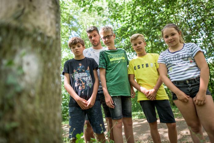 Vijf 'getroffenen' van Kei en Kiezel achter hun school bij een boom met een oud nest eikenprocessierupsen. Vlnr: David Dinter, meester Martijn Rouwhof, Rinse de Jong, Huub Weijs en Lola van Heerikhuizen.