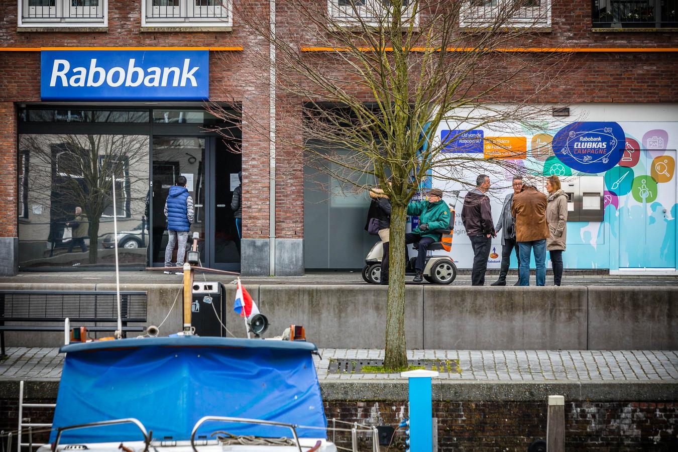OUDENBOSCH - Het filiaal van de Rabobank waar eerder een inbraak is geweest. Volgens justitie is bij de kluisroof rond de 15 miljoen euro buitgemaakt.