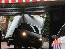 Busje rijdt zich vast onder viaduct in Hengelo: treinverkeer weer hervat