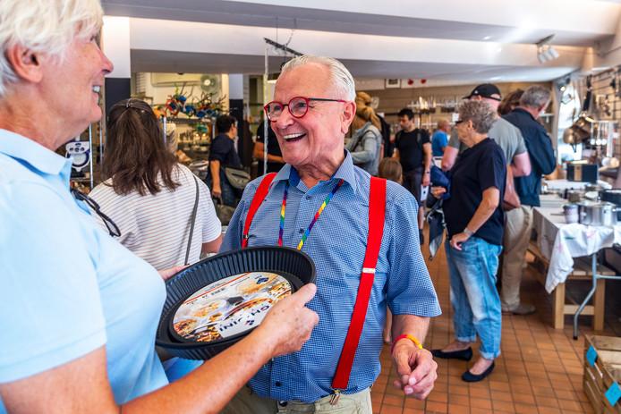 Oud-eigenaar Frank van Laar komt nog een keer langs in zijn oude winkel Potten & Pannen om afscheid te nemen én om klanten nog voor een laatste keer van advies te voorzien.