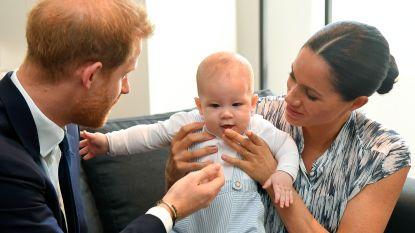 IN BEELD. Harry en Meghan tonen Archie (en hij steelt meteen de show met zijn H&M-outfit)