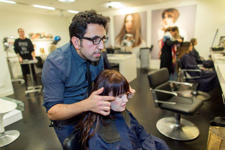 Aret Zakarian werkt als kapper bij Studio B in Amsterdam. Inmiddels heeft hij een eigen studio aan de Oude Gracht in Utrecht.  Beeld Ton Koene