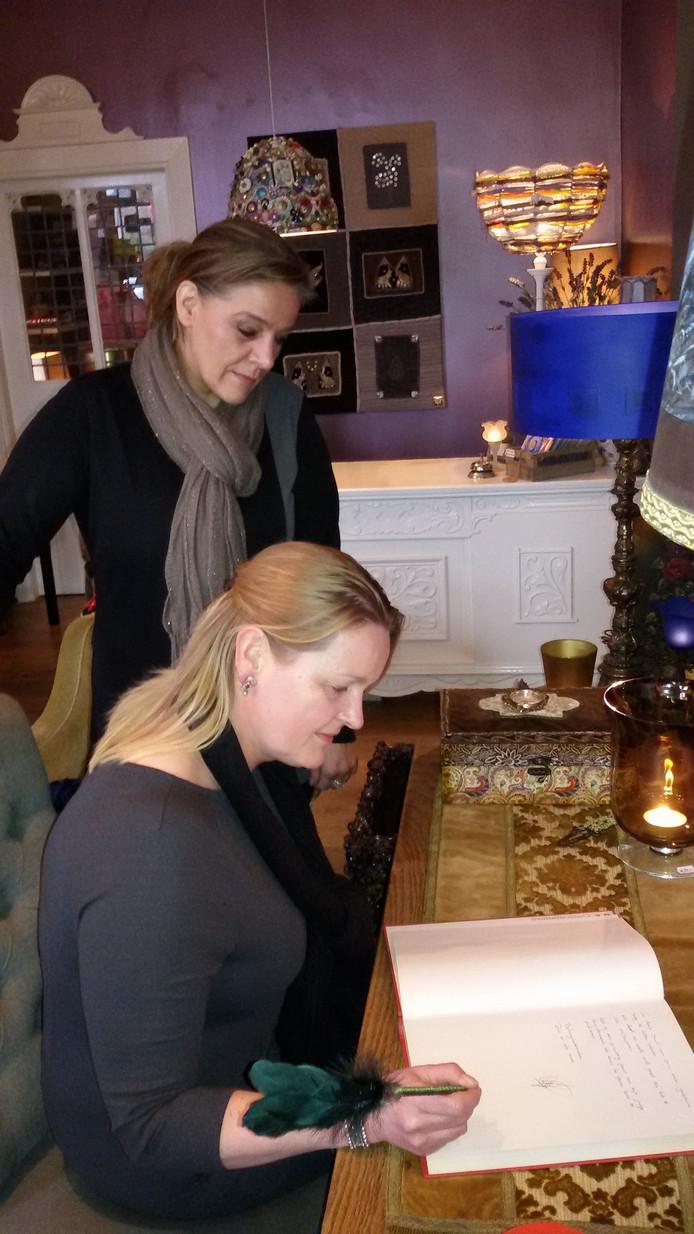Annette Jacobs en Christel Heijmans bekijken de symphatiebetuigingen van Dungenaren die tegen verkoop van Grienselhof.