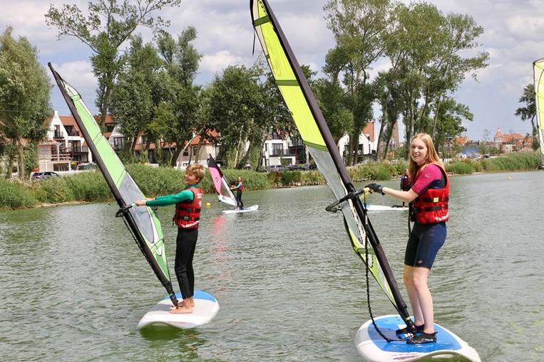 Een nieuwe generatie windsurfers leert momenteel de kneepjes van het vak.