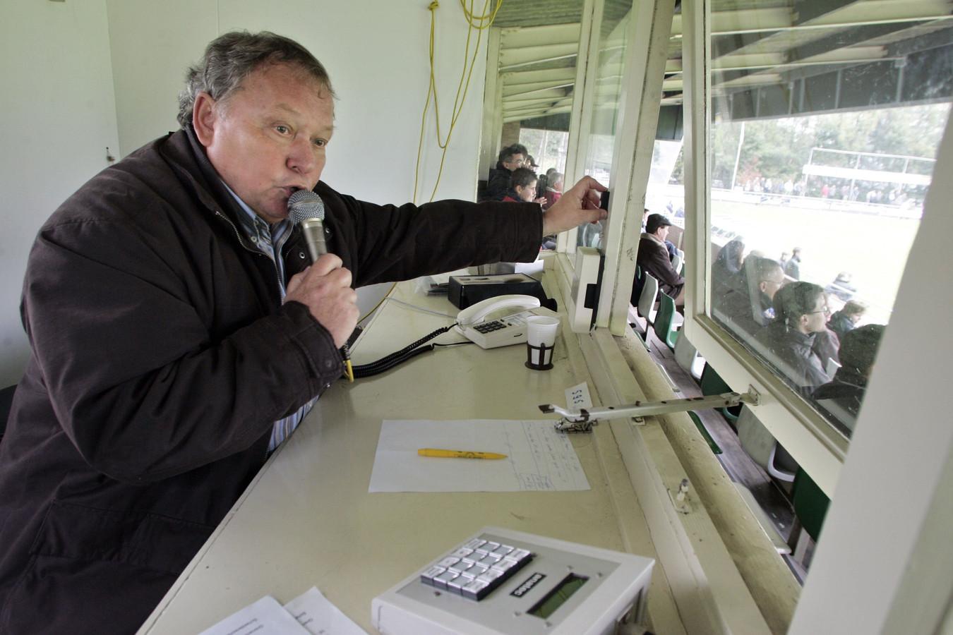Loek Beekmans zoals veel mensen hem kenden, als stadionspeaker van Sparta'25.