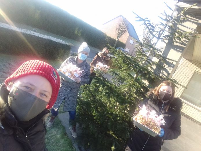Hermien Nauwynck, Karen Wittevrongel, Lien Lesage en Isabelle Maenhoudt van het Feestcomité Zuidstraat deelden dit weekend zelfgebakken koekjes rond.