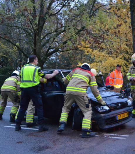 Automobiliste rijdt tegen boom in Huissen
