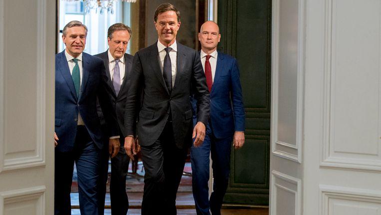 De onderhandelaars Sybrand Buma (CDA, links), Gert-Jan Segers (ChristenUnie, rechts), Mark Rutte (VVD, midden-rechts) en Alexander Pechtold (D66) voor de presentatie van het regeerakkoord. Beeld ANP