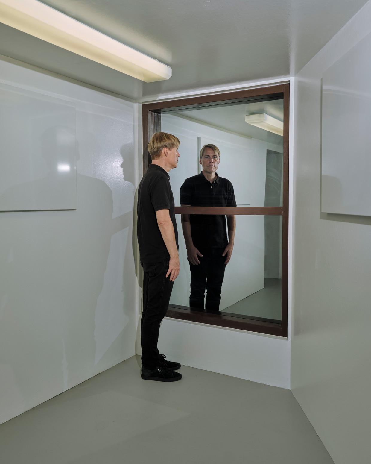 Gregor Schneider in Interrogation Room (2006) in presentatie-instelling West, Den Haag. Beeld Erik Smits