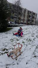 Asayra en Umut genieten in de Nijmeegse wijk Hatert van de sneeuw.