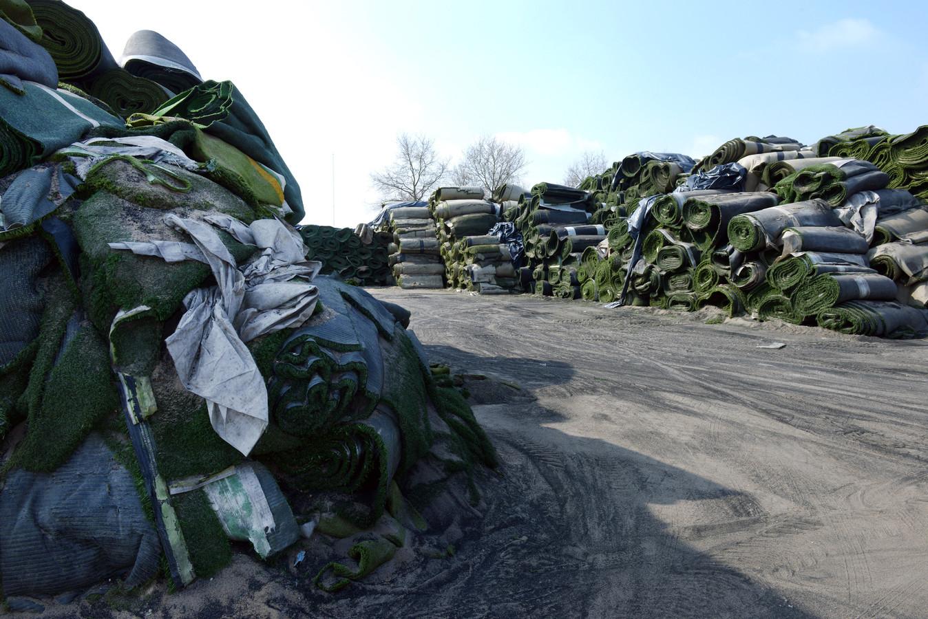 Op het bedrijfsterrein van Tuf Recycling aan de Vierbundersweg in Dongen liggen de kunstgasmatrollen hoger opgestapeld dan volgens de vergunning is geoorloofd.