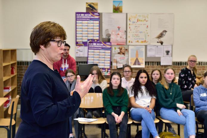 Voormalig stadsdichter Hanneke Leroux geeft brugklasleerlingen van GSG Leo Vroman les in dichten.