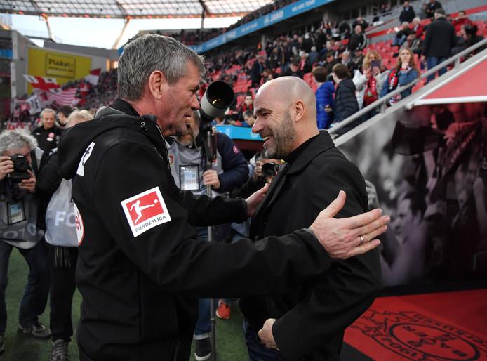 Peter Bosz (r) voor de wedstrijd in gesprek met Fortuna Düsseldorf-collega Friedhelm Funkel.