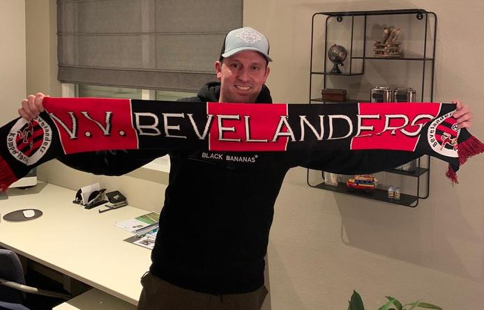 Ralph Zegers met een sjaal van Bevelanders.