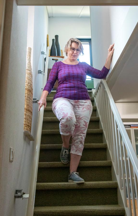Een trap aflopen is voor Paula Hijne één grote evenwichtsoefening.