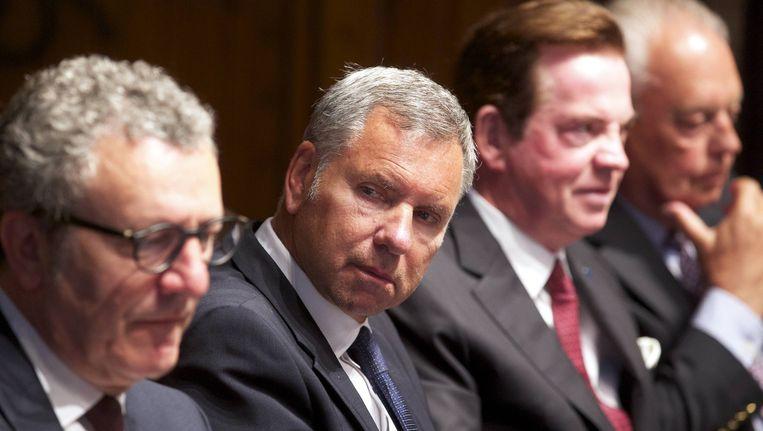 Alain Courtois (tweede van links) werd zwaar aangepakt.