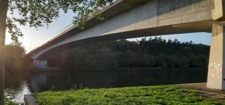 Docent valt van brug in bijzijn leerlingen en raakt zwaargewond