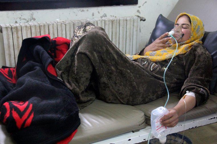 Een vrouw met zuurstofmasker na een aanval met chemische wapens in Hama op 12 april vorig jaar. Beeld reuters