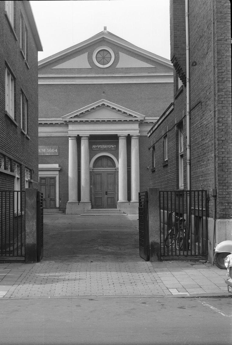 Voorgevel van de voormalige synagoge aan de Wagenstraat te Den Haag, thans in gebruik als moskee   Beeld null