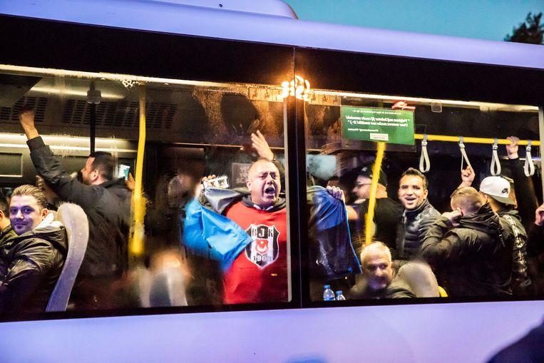 Met bussen werden honderden fans van de Turkse ploeg naar het stadion gebracht. Op de bussen zat de sfeer er goed in.