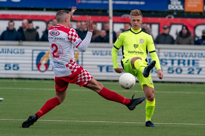 November 2019: Gwaeron Stout (rechts) namens IJsselmeervogels in actie tegen Kozakken Boys.